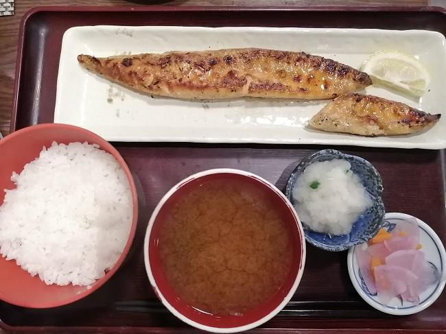 神田・白銀屋のサーモンのハラス干し定食